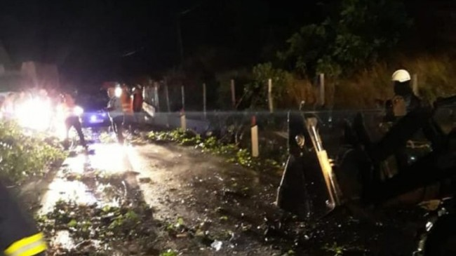 Reshjet e shiut dhe erërat e forta shkulin pemët, bllokojnë aksin Gjirokastër – Kakavijë