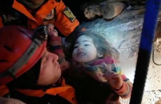 Tërmeti në Turqi/ Ndodh mrekullia pas më shumë se 24 orë nxirren nënë e bijë të përqafuara
