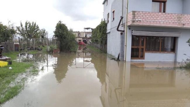 Reshjet e shiut shkaktojnë përmbytje në Kurbin