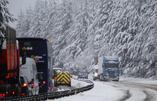 Britania e Madhe përfshihet nga moti ekstrem: Veriu ngrin, në jug pritet valë e nxehtë