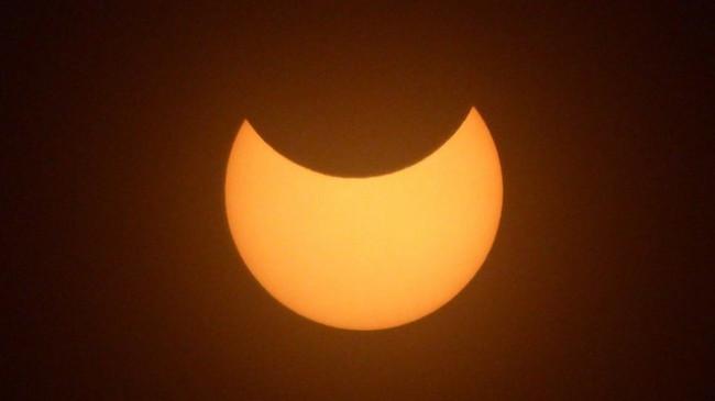 Në fotografi: 'Unaza e zjarrit', eklipsi i diellit në Britaninë e Madhe
