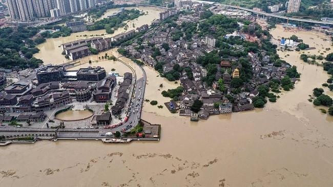 Përmbytjet mbërthejnë Kinën, 12 të vdekur dhe mbi 200 mijë të evakuuar [Foto]