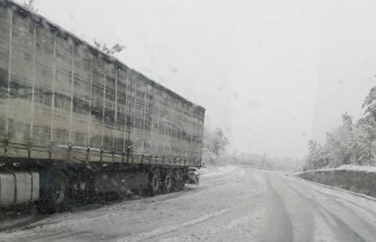 Reshje shiu e bore në Maqedoni, bëhet për kujdes në rrugë