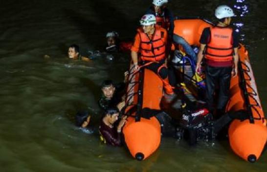 Indonezi, 11 nxënës mbyten gjatë një aksioni të pastrimit të lumit